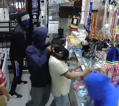 Delincuentes atracan tienda hispana