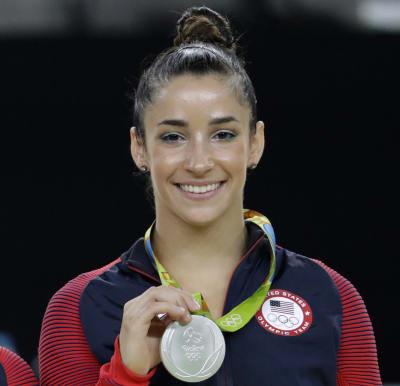 En imagen de archivo del 16 de agosto de 2016, la estadounidense Aly Raisman posa con la medalla de plata obtenida en la final de gimnasia artística con aparatos en los Juegos Olímpicos de 2016 en Río de Janeiro, Brasil. FOTO: Archivo (AP)