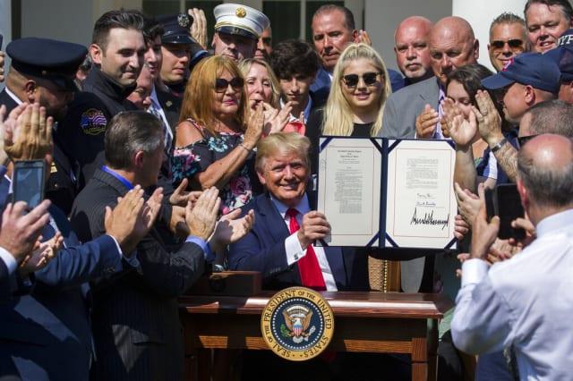 Trump firma ley para financiar cuidados médicos de