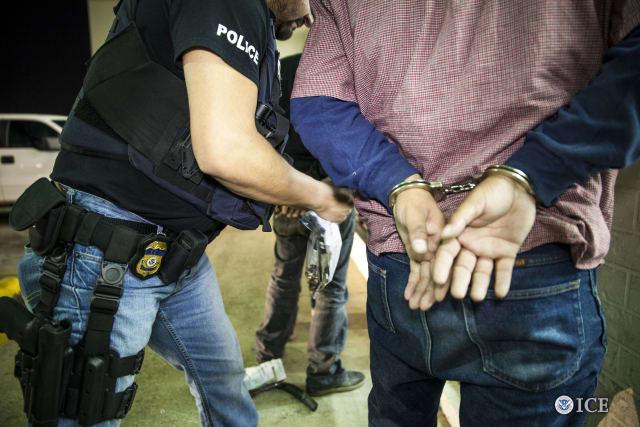 ICE detiene en las cárceles
