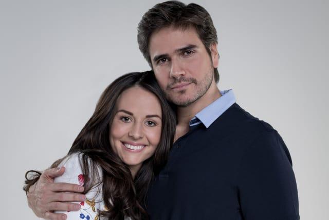 Zuria Vega y Daniel Arenas en la nueva y divertida comedia de la Cadena Univision, 'Mi marido tiene familia'. (Foto:Univision)