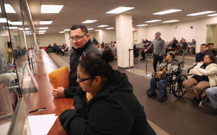 USCIS reabrirá casos de aplazamiento de deportación por enfermedad