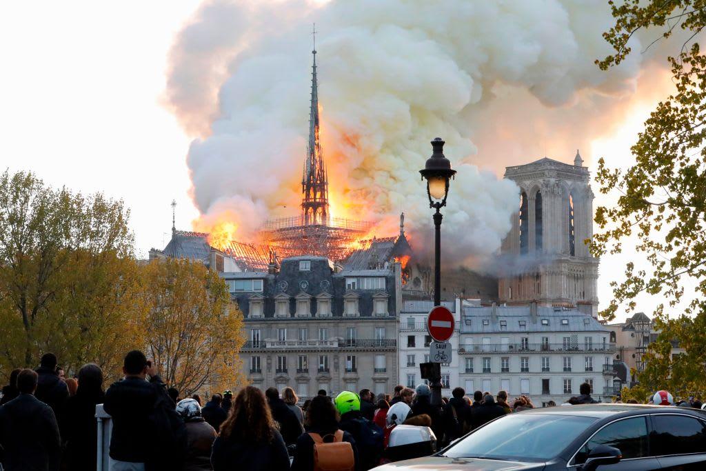 Causan polémica supuestas imágenes de Jesús en incendio de Notre Dame