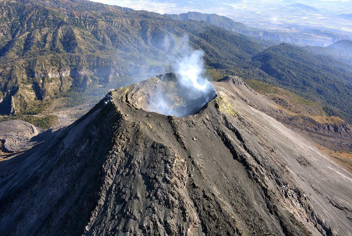 Volcán de Colima eleva actividad con escenario de explosión y lava en México