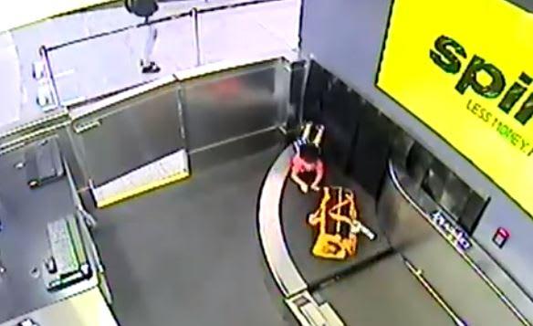 Aeropuerto de Atlanta: Madre se descuida y niño de 2 años viaja por correa de equipaje (VIDEO)