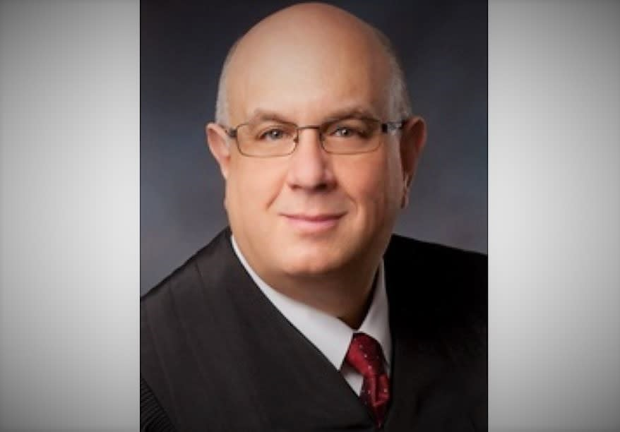 Juez bloquea orden de Trump para negar visa a inmigrantes sin seguro médico
