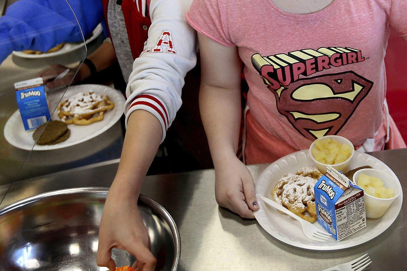 Nuevo plan de cupones de Trump recortará almuerzos escolares a niños