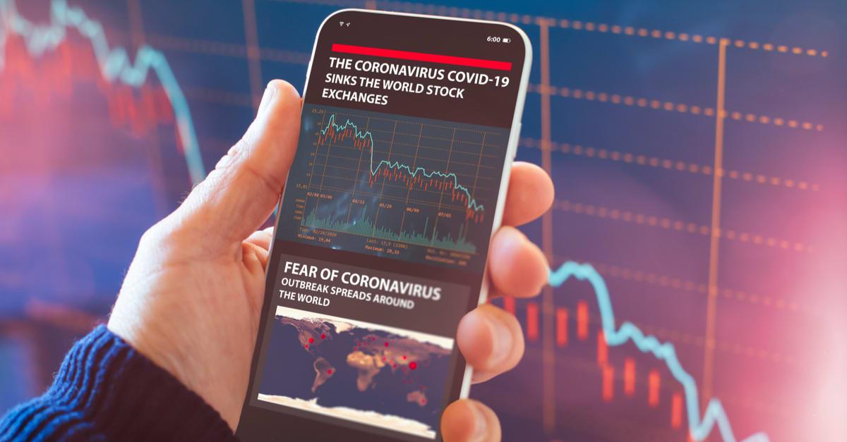 El coronavirus hunde las bolsas globales. Aplicación Smartphone muestra el colapso del mercado de valores debido a la crisis global del virus Coronavirus.