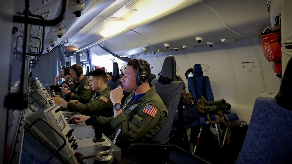 Personal de la Armada estadounidense mira pantallas a bordo del avión Poseidón P-8A de la Armada de ese país mientras busca el submarino argentino ARA San Juan en el Atlántico sur, el domingo 26 de noviembre de 2017. El lunes 27 de noviembre continuaba la búsqueda internacional del submarino argentino con 44 tripulantes que se perdió en el Atlántico Sur 12 días atrás. FOTO: (AP)