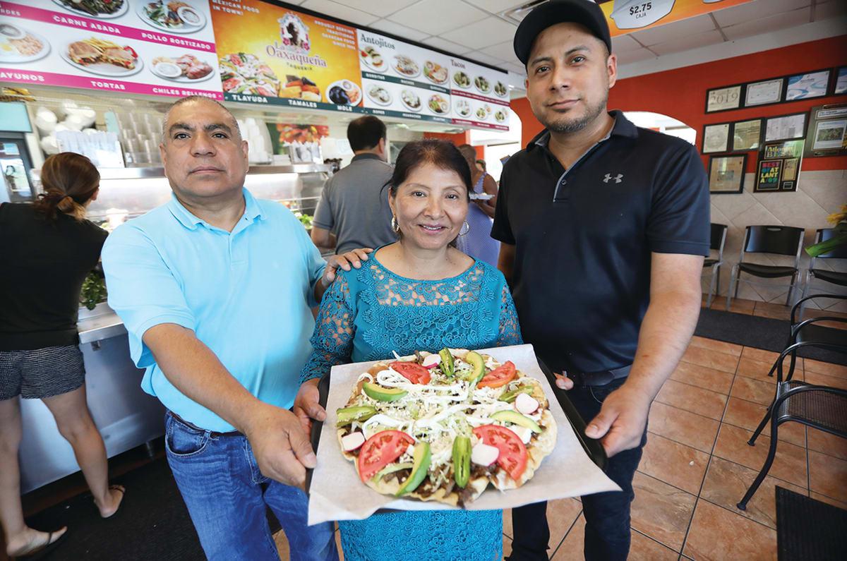 Rosalia Ruiz propietaria de Taquería La Oaxaqueña con esposo e hijo