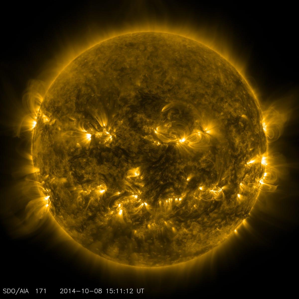 El Sol el 8 de octubre de 2014 con luz ultravioleta 171 angstrom.