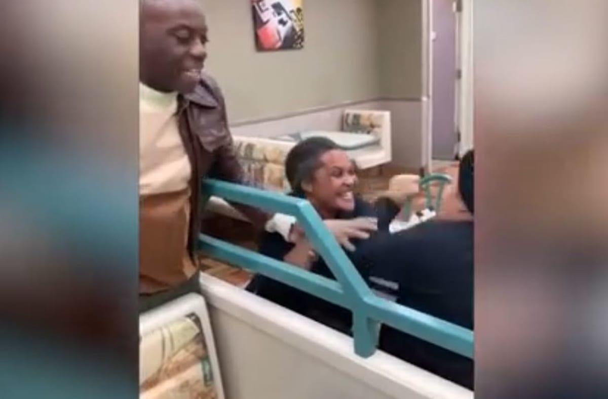 """Empleada de Burger King en el Bronx golpea y """"hechiza"""" a sus compañeras"""