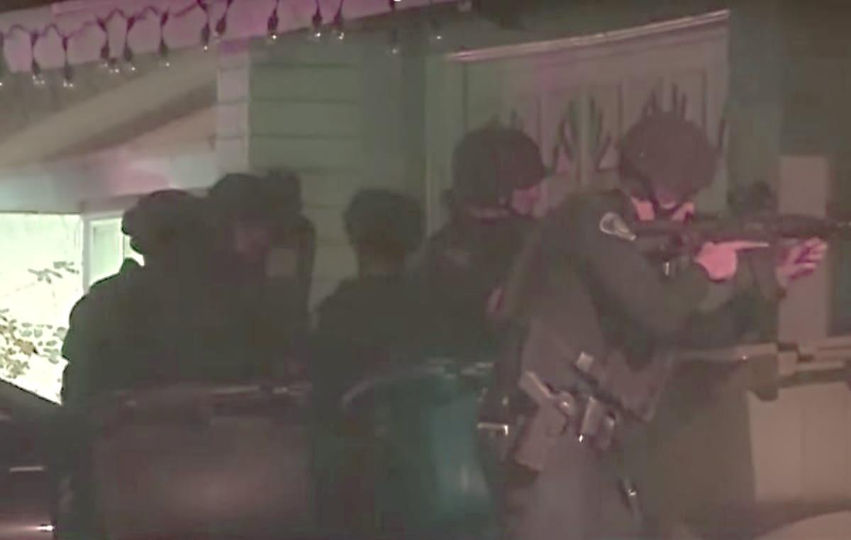 California. Mujer se atrincheró contra policías y mueren ella y sus dos hijos