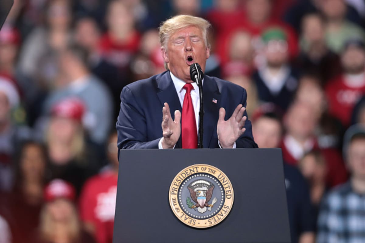 Manifestante sabotea mitin de Trump y este los destroza