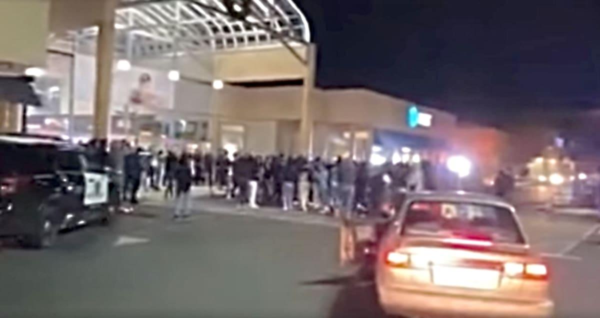 California. Batalla campal entre adolescentes cierra dos malls en Stockton