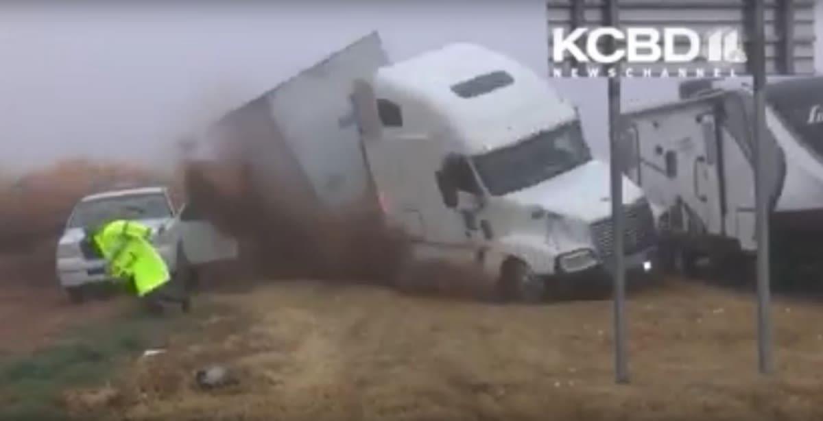 ¡Impactante video! Tráiler se volteó sobre patrulleros en Texas y accidente deja dos heridos