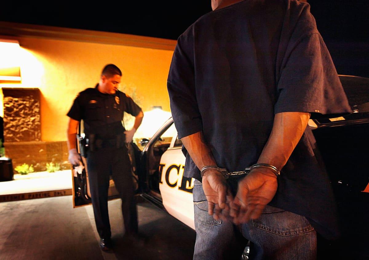 Hispano en California acusado de apuñalar a dos mientras dormían