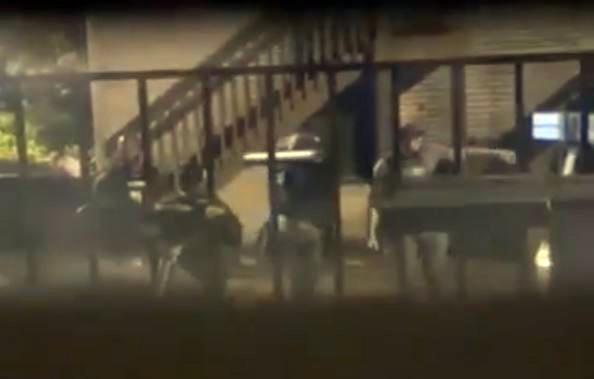 Agentes irrumpen en hogar arrasan familia latina