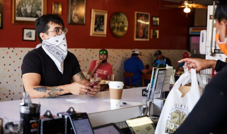 Cliente deja propina de $1,300 en restaurante que reabrió en Texas