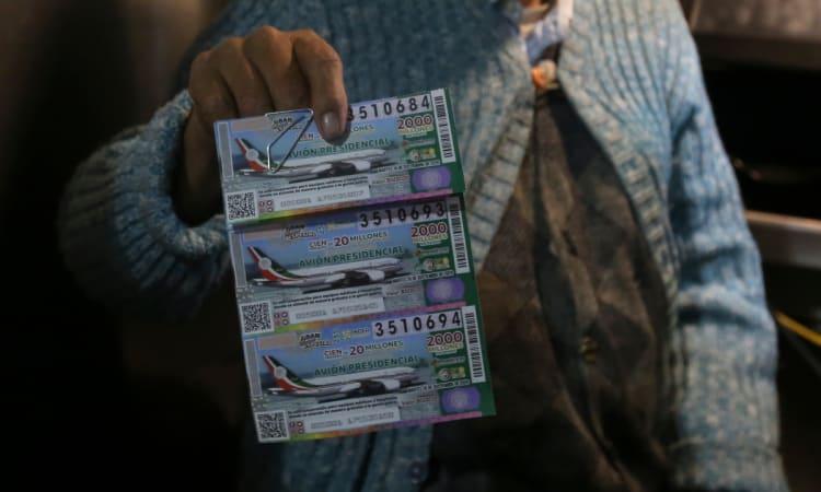 Anuncian los números ganadores en la rifa del avión presidencial de México