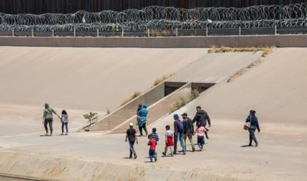 Juez suspende regla de Trump que restringía acceso a cortes de inmigración