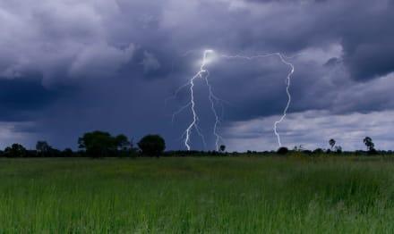 Tormentas eléctricas e intensas lluvias azotan al sur de California