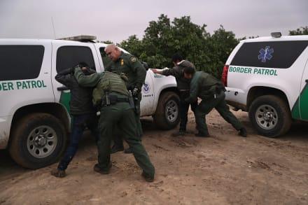 Patrulla Fronteriza capta en video a 118 indocumentados saltando el muro