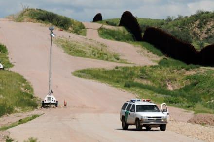 Aseguran que Patrulla Fronteriza destruye galones de agua para inmigrantes en el desierto