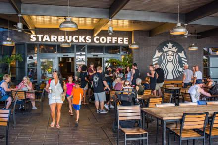 Starbucks anuncia reestructuración, despidos y cierre de tiendas