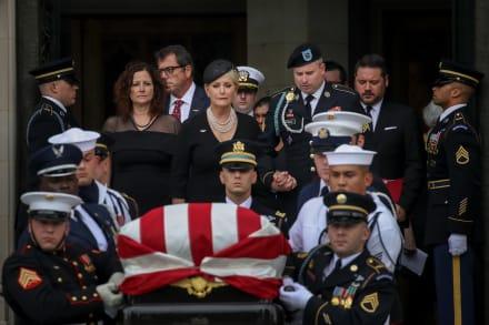 Trump va a su club de golf mientras Washington celebra el funeral de McCain (FOTOS)
