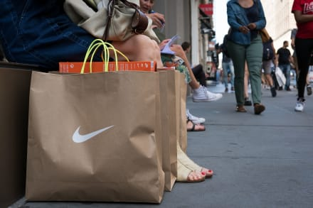 Caen acciones de Nike tras nombrar a Colin Kaepernick imagen de campaña