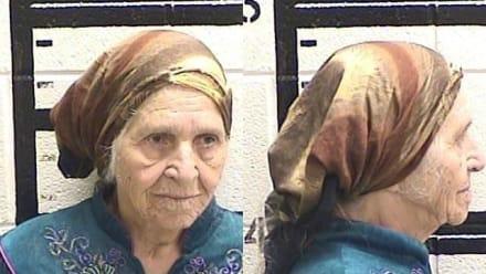 """Policía detiene a """"anciana hispana"""" con cuchillo en mano"""