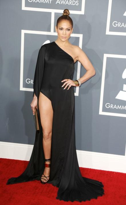 Jennifer López aparece solo con un 'manto' cubriendo su cuerpo y alborota a todos (FOTO)