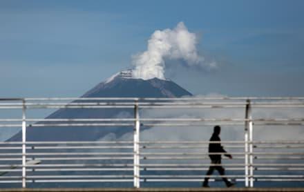 Registran explosión en el volcán Popocatépetl; arroja fragmentos incandescentes