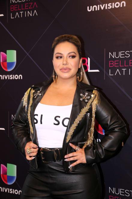 Con todo el sabor latino Chiquis Rivera presume pierna y pronunciado escote (VIDEO)