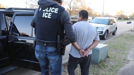 Mitad de deportaciones de programa del ICE son en Texas y California (VIDEO)