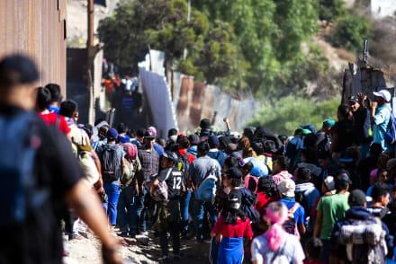 México deporta 98 migrantes que protagonizaron trifulca en frontera con EE. UU.