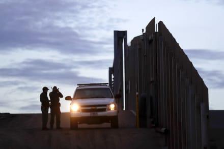 """Trump elogia """"gran trabajo"""" de agencias en frontera contra caravana"""