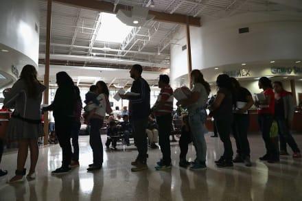 """Temen que política de """"carga pública"""" de Trump impida regularización migratoria"""