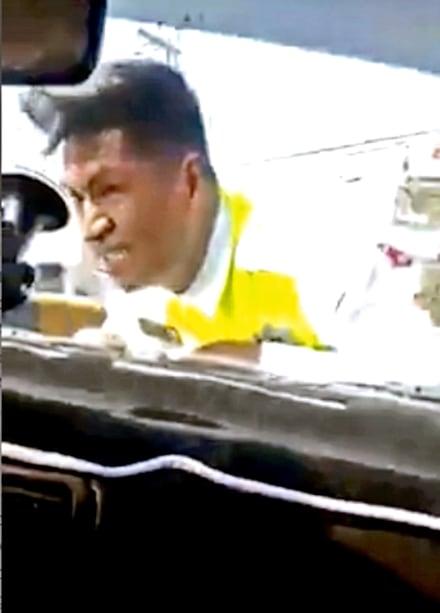 Indignante: Conductor se lleva a policía sobre el cofre (VIDEO)