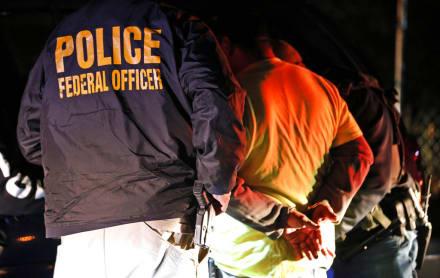 ICE alimenta por sondas a migrantes en huelga de hambre