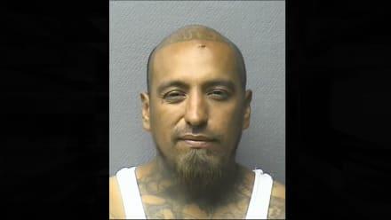 Violento hispano es buscado por el ataque a puñaladas a dos hombres