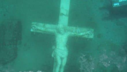 Crucifijo gigante atrae a cientos de fieles al helado lago de Michigan