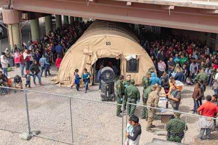 Patrulla Fronteriza mantiene a cientos de migrantes detenidos debajo de un puente