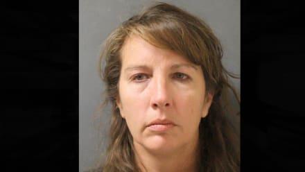 Retiran cargo de homicidio a expolicía acusada de ayudar a su esposo a matar a hispano