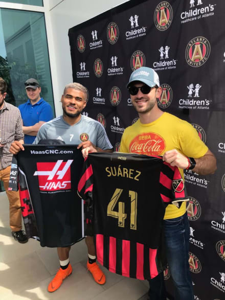 Daniel Suárez probó suerte como futbolista en instalación del Atlanta United