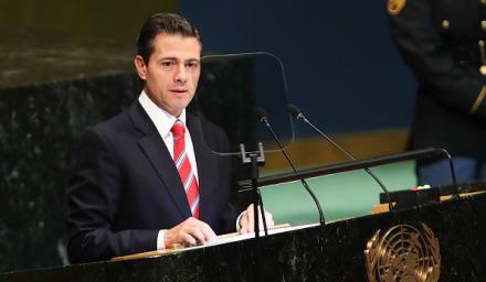 Enrique Peña Nieto se deja ver en la playa con uno de sus amores (FOTO)