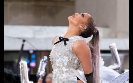 JLo en leggins. Jennifer Lopez causa revuelo al dejarse manosear el trasero por hombre (VIDEO)