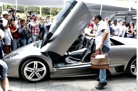 AMLO recauda un millón y medio de dólares en tianguis de lujosos autos