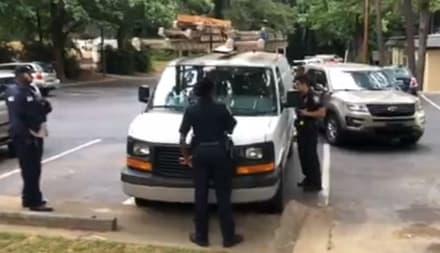Vecinos salvan a hombre y su hijo de caer en manos de ICE (VIDEO)